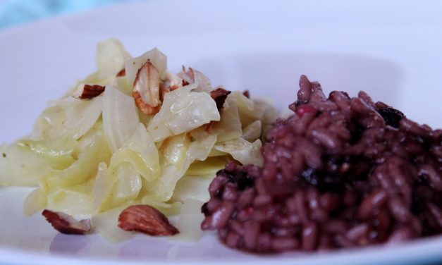 Vegan improvisieren: Spitzkohl mit Haselnussöl und Heidelbeerrisotto