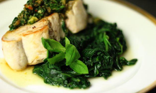 Sattes Grün im Winter – Schwertfisch mit Salsa Verde auf Spinat