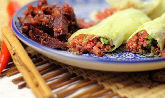 Africa still on my mind – rosa Quinoa Tabouleh mit Koriander in gedämpften Kohlblättern mit Rote Bete Chutney