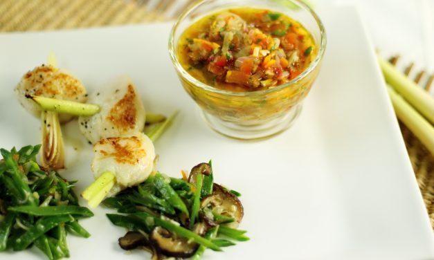 Gut gegen Katerstimmung: Jakobsmuscheln mit Zitronengras, Asia-Vinaigrette und Zuckerschotensalat