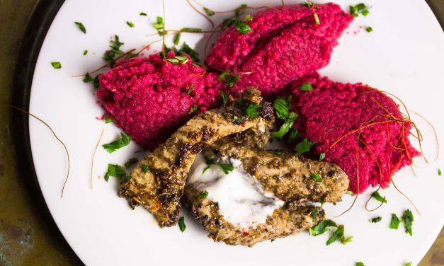 Fruchtiges Rote Bete Couscous mit Gewürz-Putenstreifen und Koriander-Joghurt