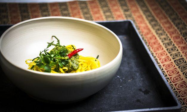 Butterrüben-Zimt Nudeln mit Queller und Asia Pesto