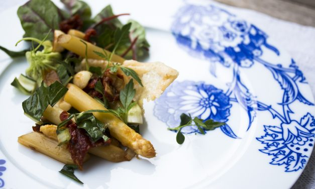 Karamellisierter Spargel mit Löwenzahnsalat, Macadamianüssen und Parmesanhippe