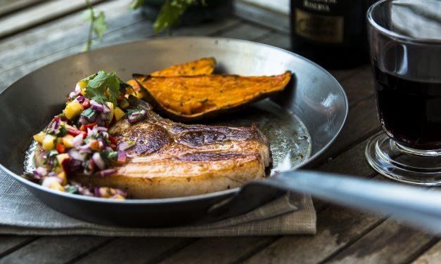 Kotelett vom Schwäbisch-Hällischen Schwein mit Pfirsich-Koriander-Salsa und Süßkartoffeln