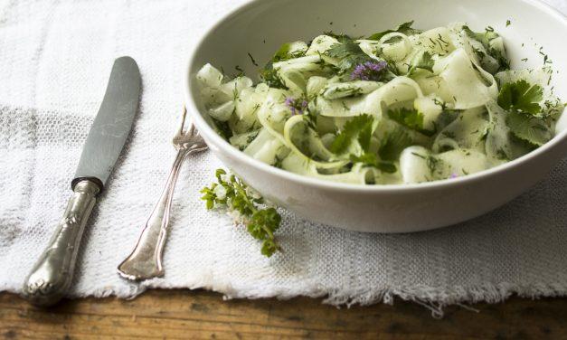 Mit Sake marinierter Gartengurken Salat mit Dill und Koriander