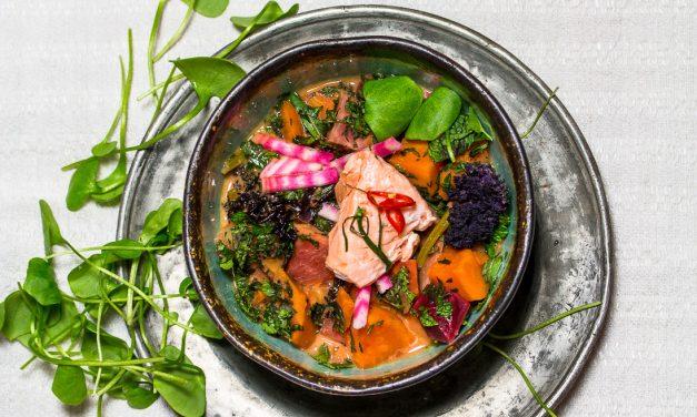Ein buntes Finale – gedämpfter Lachs auf Grünkohl-Bete-Curry mit Limonen Blättern und Portulak