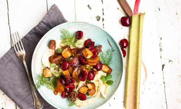Mungbohnen-Fenchel Salat mit Pfeffer-Rhabarber, Kirschen und Räuchertofu