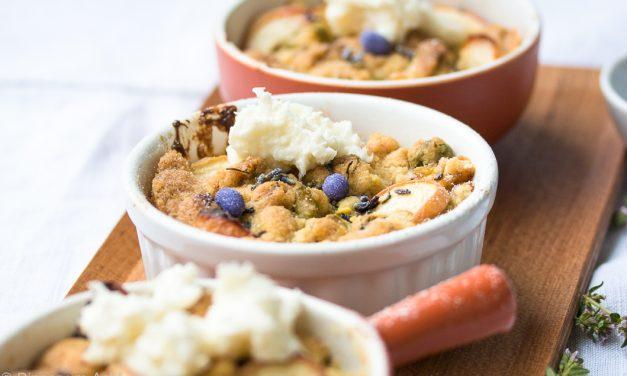 Pfirsich-Aprikosen Crumble mit Lavendel und Kokos-Crème fraîche