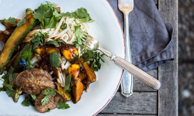 Pom Pom Blanc gebraten mit Udon Nudeln und kleinen Zucchini