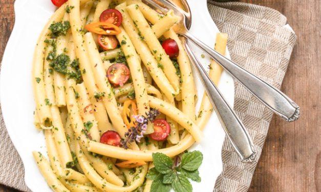 Sellerieblätter Pesto, Nudeln und frische Balkon-Tomaten