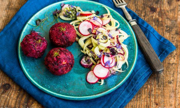 Das beste Falafel mit Roter Bete <br/> und Radieschen-Fenchel Salat mit Drachenkopfblüten
