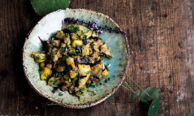 Kichererbsen-Kürbis Curry mit Schnittknoblauch und indischen Gewürzen