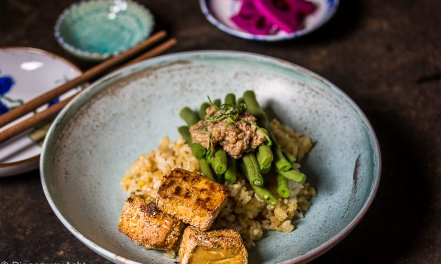 Knuspriger, marinierter Tofu mit grünen Bohnen, Walnuss-Miso und einem köstlichen Mitbringsel aus Japan