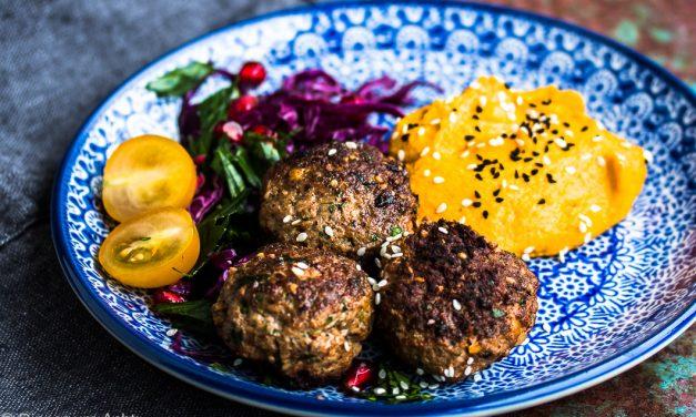 Lamm-Minz Bällchen mit Kürbis Hummus und Granatapfel-Rotkohl Salat