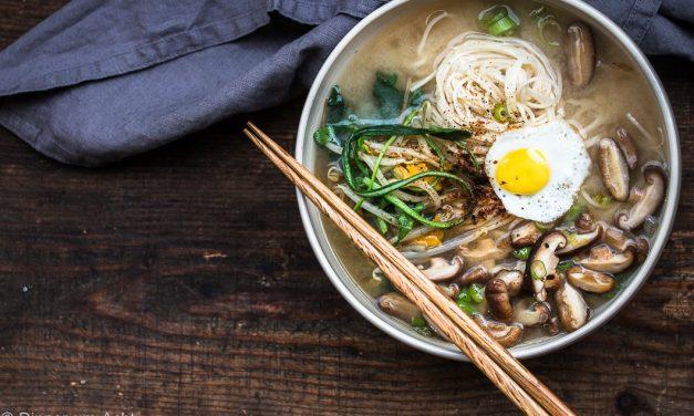 Miso Nudelsuppe mit Shiitake Pilzen, Spinat und Sprossen