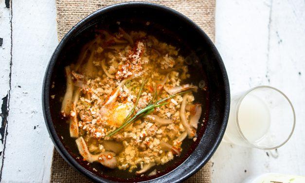 Sundubu jjigae – koreanischer Eintopf mit Tofu und Fleisch