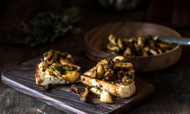 Samthauben Pilze, weiße Shimeji und Shiitake Pilze mit Bacon-Koriander Vinaigrette auf Toast