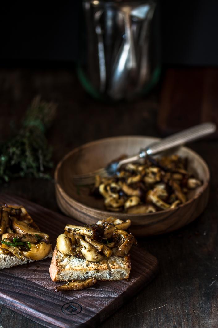 samthauben pilze wei e shimeji und shiitake pilze mit bacon koriander vinaigrette auf toast. Black Bedroom Furniture Sets. Home Design Ideas