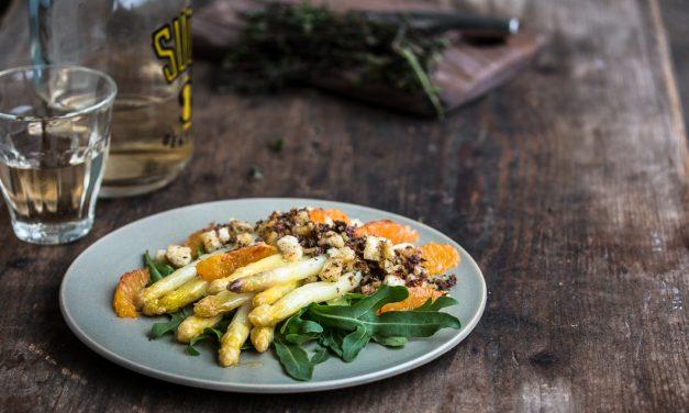 Spargel mit Blutorange, Rucola und mediterranen Oliven-Bröseln