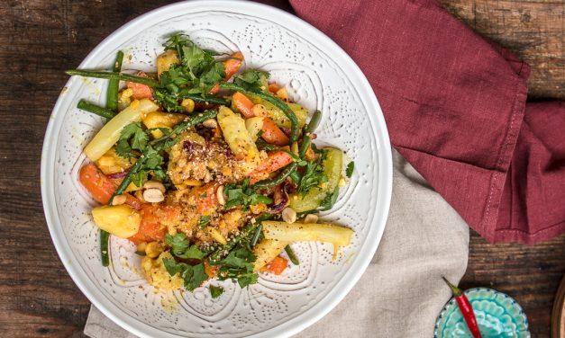 Indonesischer Gemüsesalat mit Spargel und Erdnüssen