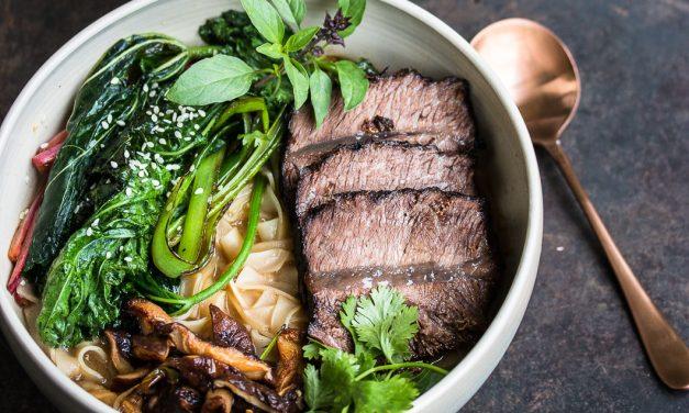 Bowl of Happiness – asiatisch geschmorte Rinderschulter mit Shiitake Pilzen, Reisnudeln in Miso Brühe und Gewürzmalve