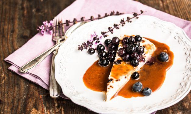An Finnland denken und finnischen Brotkäse mit Lakritz Sauce essen