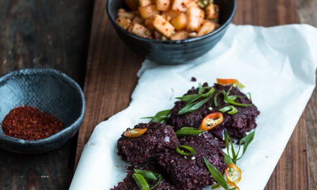 Blaue Süßkartoffel Fritters mit schnellem Kaki-Nashi Kimchi