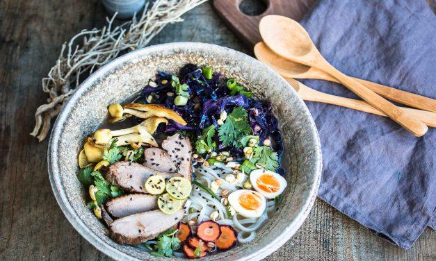 Xmas Noodle Bowl – Reisnudeln mit Entenbrust, gebratenem Rotkohl mit Sauerkirschen und Limonenseitlingen