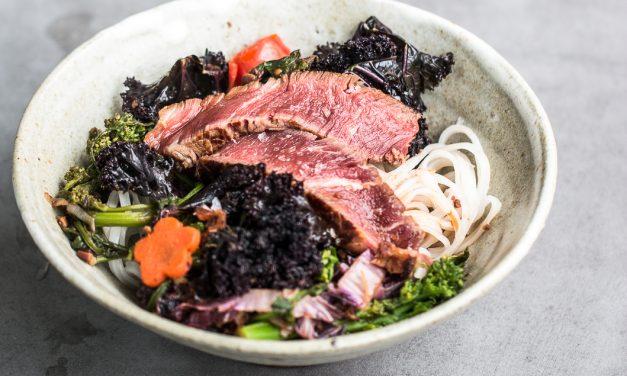 Stängelkohl, schwarzer Grünkohl und mit Sangohachi marinierte Rinderlende auf Reisnudeln