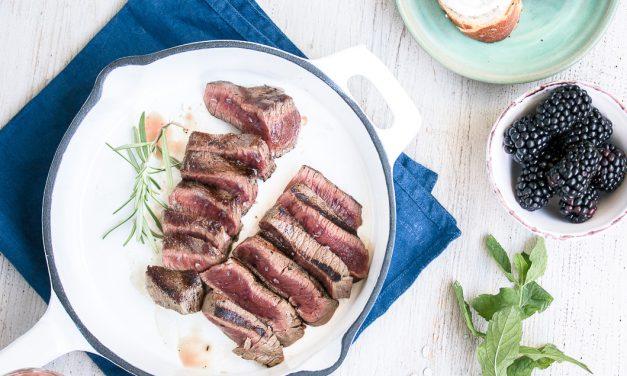 Easy Summernight Grillin' – Hirsch Steaks mit Minz-Zucchini <br/> und Brombeer-Ziegenkäse Canapées [*Promotion]