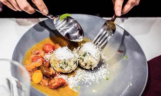Social cooking – Essen ist das stärkste soziale Medium <br/> Fünf Nationen an einem Tisch und Wildkräuterknödel mit Tomaten-Zimt Sauce