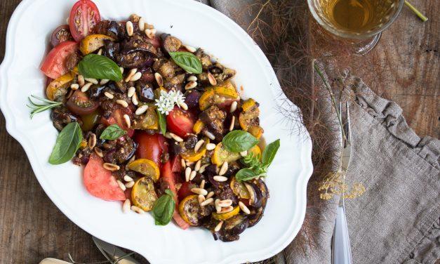 Veggie Italia – <br/> Caponata mit Gartentomaten und Bruschetta mit weißer Bohnenpaste mit Olivenkraut und Rosmarin