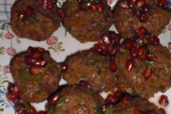 Köfte aus roten Linsen mit Granatapfel-Koriander-Salat