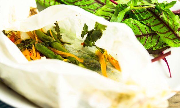 Aromen-Experiment – Spargel mit Zitronenöl, süßem Chili und rotem Pfeffer im Päckchen gegart mit Blutampfersalat