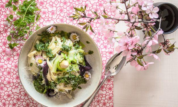 Frühling unplugged – Nudeln mit Spargel, Kerbel Pesto und Blüten (und einen Kuchen gibt's als Extra!)