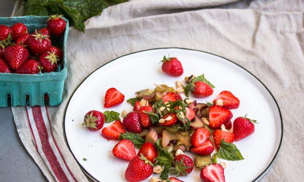 Erdbeer-Rhabarber Salat mit Minze, Haselnüssen und Yuzu