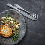 Danish inspired – Ofen-Sellerie mit Kabeljau, Pfifferlingen, Topinambur und Apfel