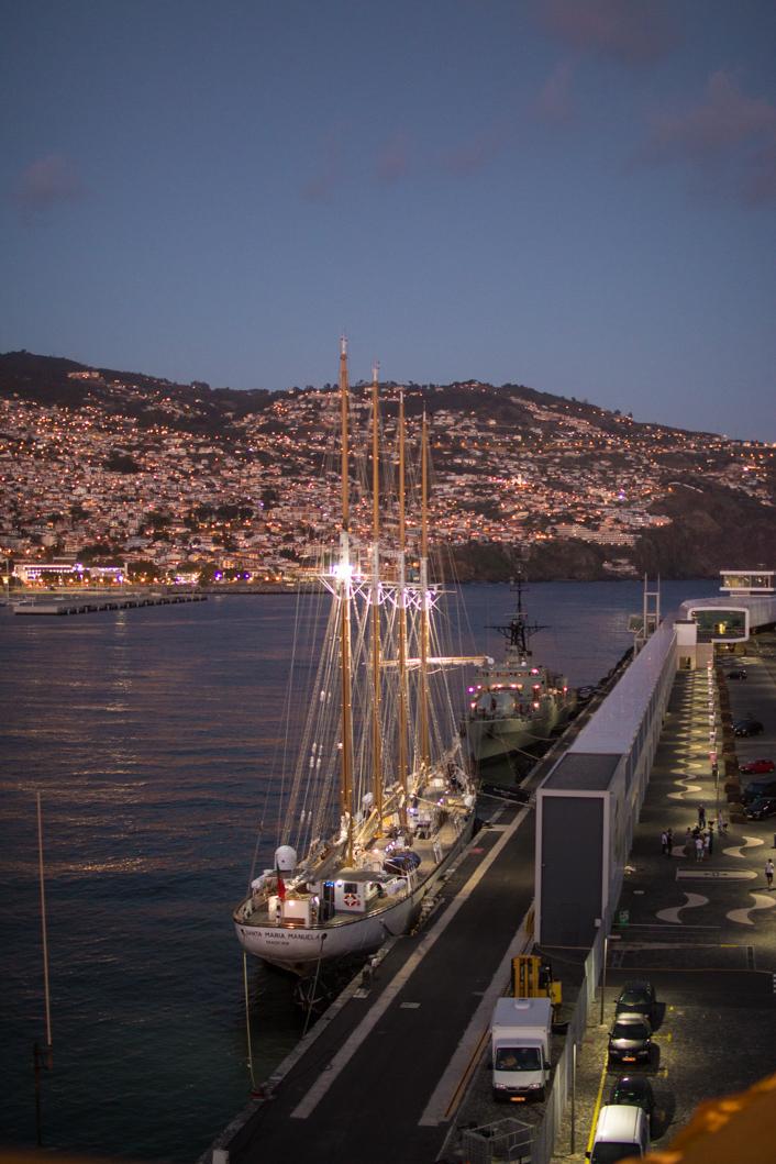 Funchal bei Nacht im Hafen beim Nini Design Center