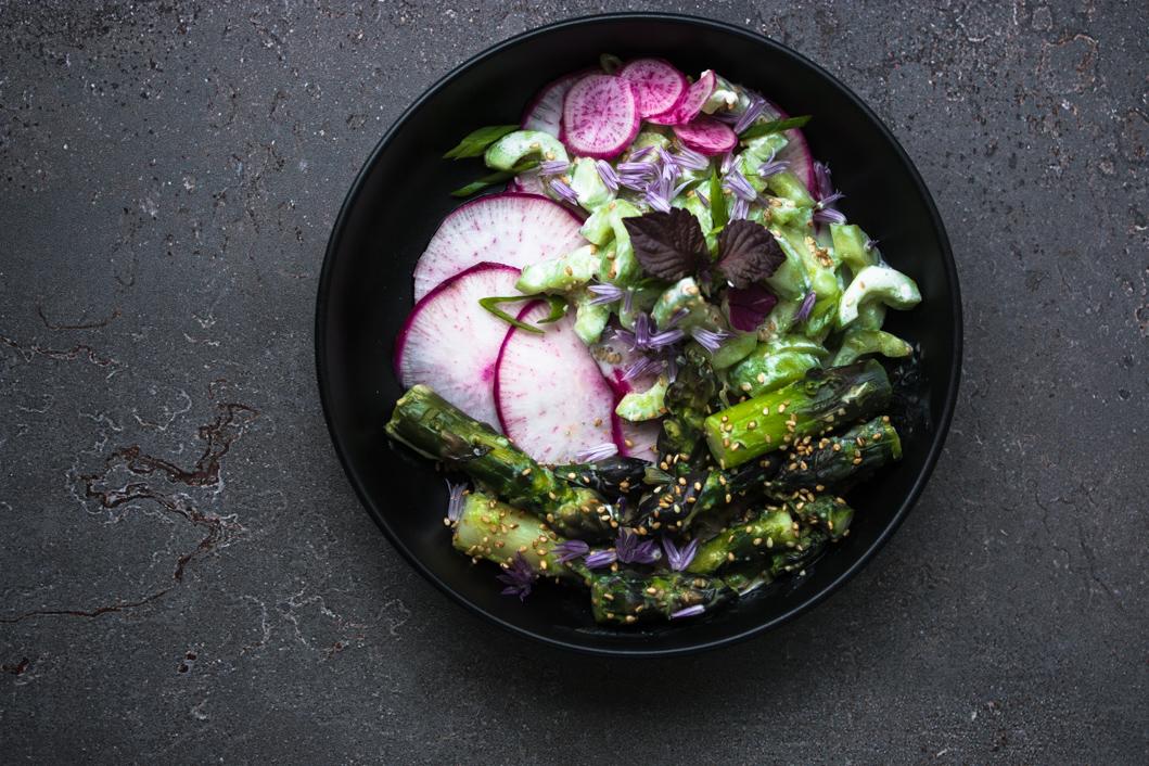 Spargelsalat mit Sesam-Miso Dressing und Schnittlauchblüten