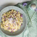 Nudeln mit Spitzkohl, Schnittlauchblüten und Zatar