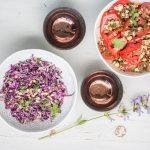 Der Geschmack von Tel Aviv: Rotkohl-Petersilie Salat mit Sesamsauce und Tomatensalat mit Minze und Manouri