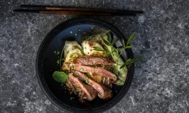 Flanksteak vom Mangalitza Schwein mit Ingwer-Chili-Spitzkohl und knusprigem Knoblauch