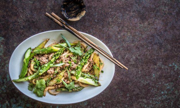 """Grüner Spargel """"Sichuan Style"""" mit Udon Nudeln und Hackfleisch"""