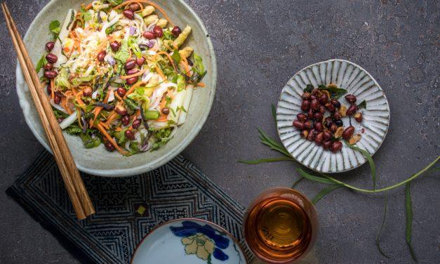 Vietnamesischer Reisnudelsalat mit Baby Spargel, Minze und Limetten-Ingwer Dressing