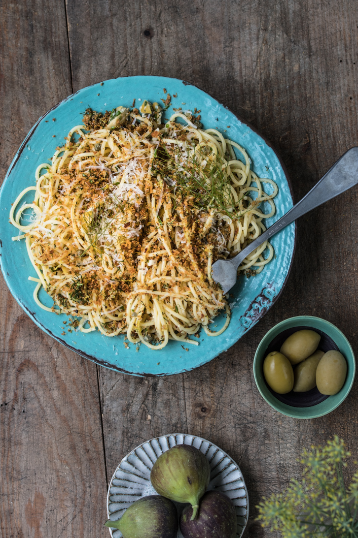 Spaghetti mit Oliven-Kapern Sauce und Zitronen-Bröseln