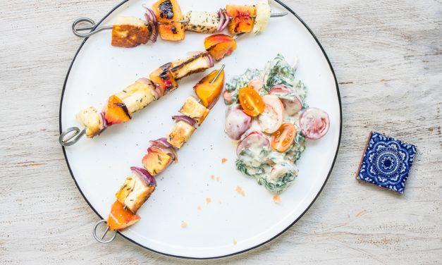Nektarinen-Halloumi Spieße mit Tomaten-Spinat Salat
