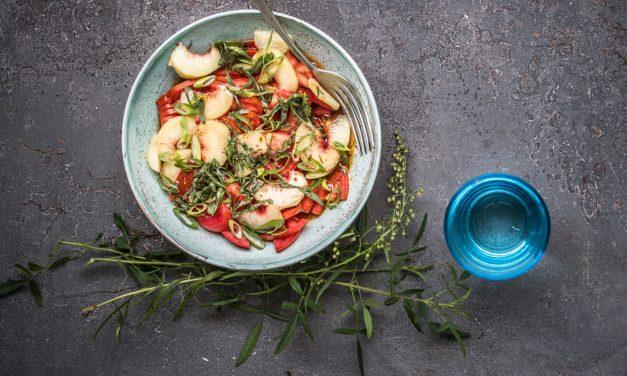 Tomaten-Pfirsich Salat mit Estragon Vinaigrette