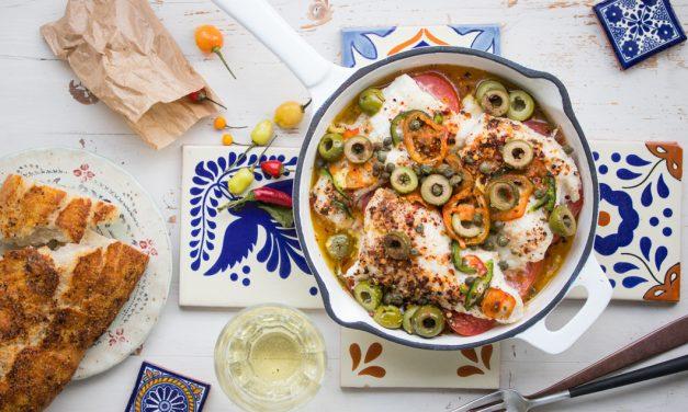Mexikanischer Fisch aus dem Ofen mit Tomaten, Oliven und Chilis