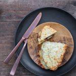 Croque Monsieur mit Senf-Parmesan Béchamel und karamellisierten Zwiebeln