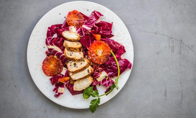 Blutorangen und Radicchio Salat mit Sesamhuhn